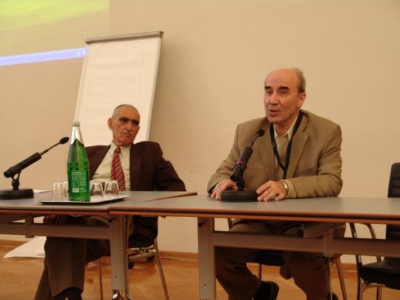 از سمت راست دکتر علی اشرف صادقی و استاد ایرج افشار