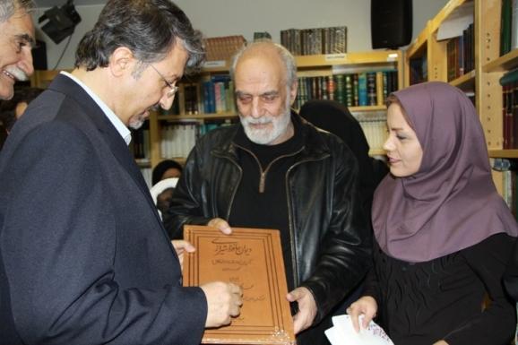 اهدای دیوان حافظ (کهن ترین نسخه کامل شناخته شده) از سوی مرکز پژوهشی میراث مکتوب به آیدین آغداشلو