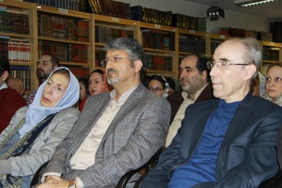 از راست: علی اشرف صادقی (مدیر گروه فرهنگ نویسی فرهنگستان زبان و ادب فارسی)، اکبر ایرانی (مدیرعامل مؤسسۀ پژوهشی میراث مکتوب) و ژاله آموزگار (پژوهشگر زبان های باستانی)