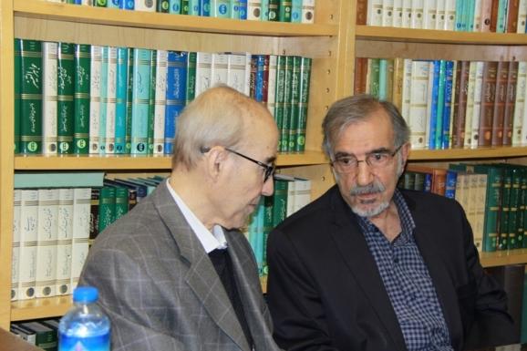 از راست: علی موسوی گرمارودی و علی اشرف صادقی، مدیر گروه فرهنگ نویسی فرهنگستان زبان و ادب فارسی