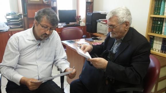 از راست: زنده یاد مصطفی ذاکری و اکبر ایرانی - مدیرعامل مرکز پژوهشی میراث مکتوب